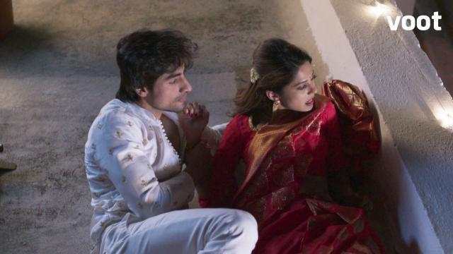 Aditya-Zoya manage to hide!