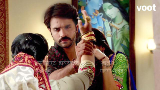 Rudra saves Parvati from Mohini's domestic violence